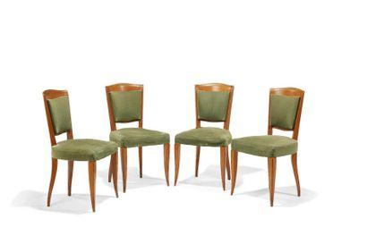 Travail Art Déco  Quatre chaises à structure en merisier à dossier légèrement incliné...