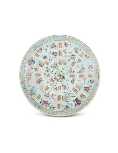 CHINE  Plat en porcelaine décoré en émaux polychromes de jetés de branchages fleuris...