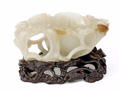 CHINE – Dynastie Qing, Epoque XVIII – XIXe siècle    Elégant rince-pinceaux en jade...