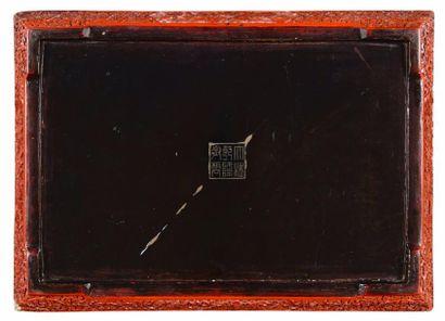 CHINE – Dynastie Qing, XIXème siècle    Grand plat rectangulaire en laque cinabre...