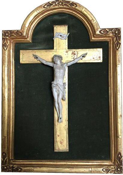 Christ en croix en ivoire dans un cadre en...