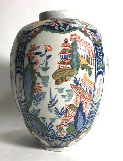 DELFT  Vase en faïence à décor polychrome...