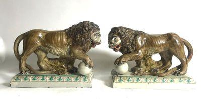 STAFORDSHIRE  Paire de lions en opposition,...