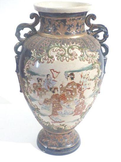 SATSUMA  Vase de forme balustre à anses ajourées...