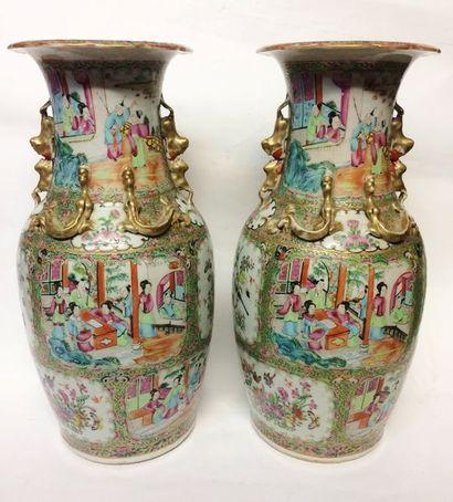 CANTON  Paire de vases en porcelaine à décors...