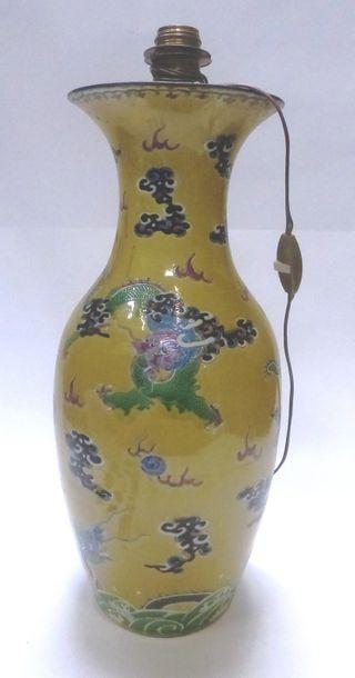Chine, Période Guangxu  Vase Balustre en porcelaine et émaux de la famille rose...