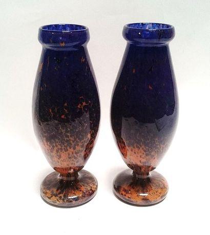 SCHNEIDER  Paire de vases oblongs sur piédouche,...