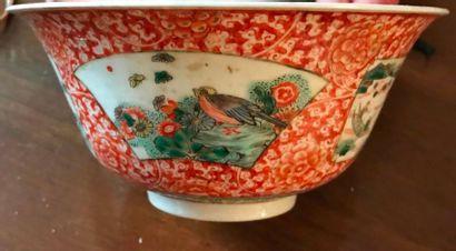Coupe en porcelaine à décor d'oiseaux et paysages lacustres avec pagodes dans des...