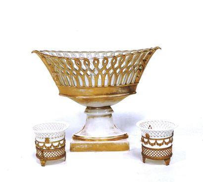 Coupe ajourée en porcelaine.  H : 26 cm....