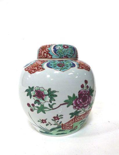 Pot à gingembre en porcelaine à décor polychrome...