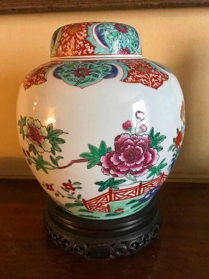 Pot à gingembre en porcelaine à décor polychrome à « la haie fleurie »  Moderne...
