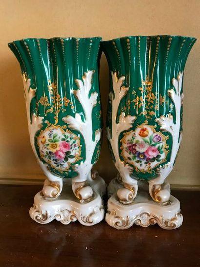 Paire de vases d'église en porcelaine à décor polychrome de bouquets fleuris sur...