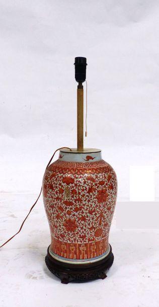 Potiche en porcelaine à décor corail de fleurs...