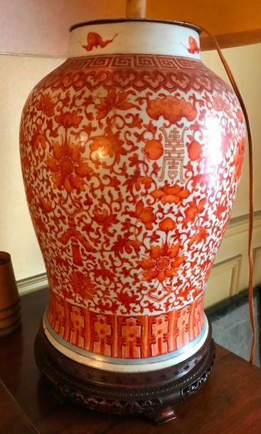 Potiche en porcelaine à décor corail de fleurs de lotus et calligraphie  H. 37 cm...