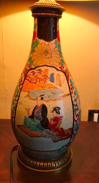 Vase en porcelaine de Chine à décor polychrome de personnages dans des réserves...