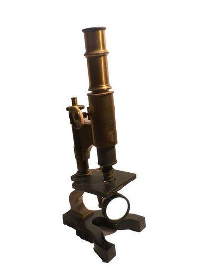 Microscope en laiton doré et métal. Marque...