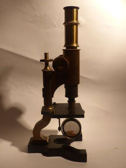 Microscope en laiton doré et métal. Marque J.Charche, XIXème siècle  H : 32 - L...