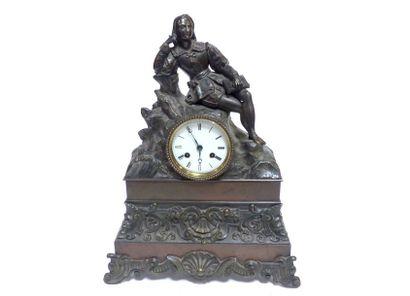 Pendule en bronze à patine noire et brune figurant un penseur accoudé sur un rocher...