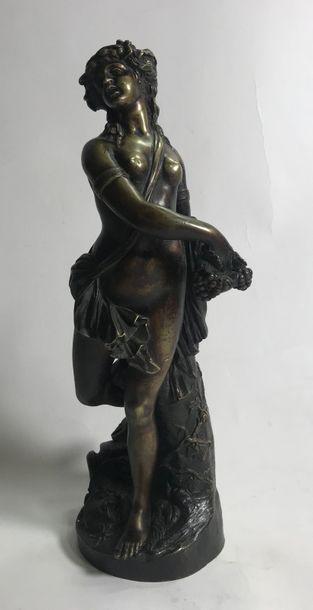 Groupe en bronze à patine brune représentant une femme à drapée tenant une grappe...