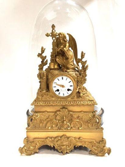 Pendule en bronze ciselé et doré surmontée...