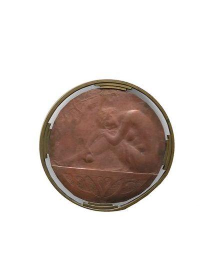 Ovide YENCESSE (1869-1947)  Eve  Bas-relief en cuivre monté dans un cadre rond  D...