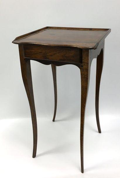 Petite table en bois naturel à plateau débordant...
