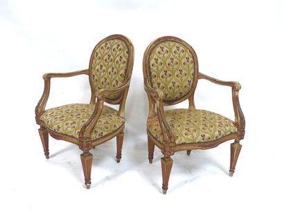 Paire de fauteuils à dossier médaillon en...