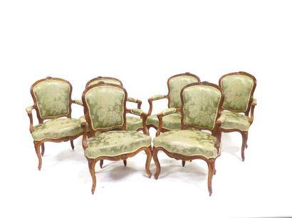 Suite de six fauteuils en bois naturel à...