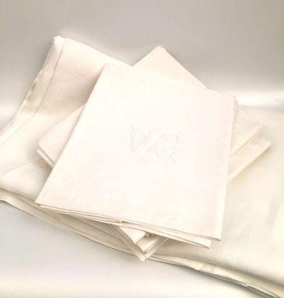 Nappe et huit serviettes assorties monogrammées...