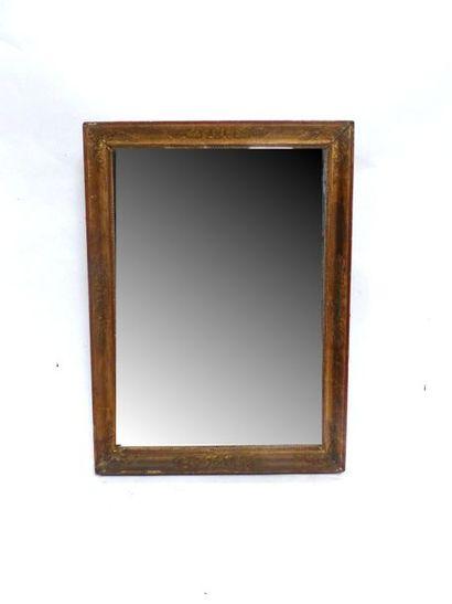 Miroir dans un cadre en bois et stuc doré...