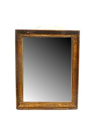 Miroir dans un cadre en bois et stuc doré,...