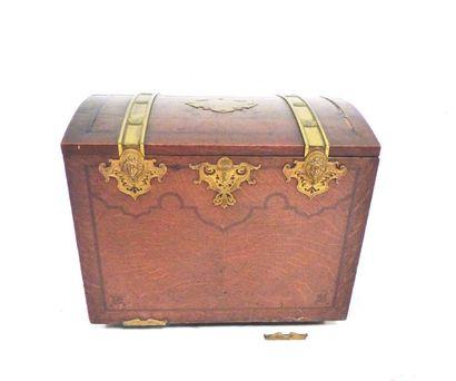 Coffre en bois et garnitures de métal doré,...