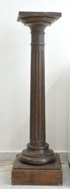 Colonne en bois formant  sellette à fut cannelé...