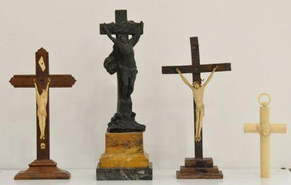 Ensemble de trois crucifix dont un en os,...