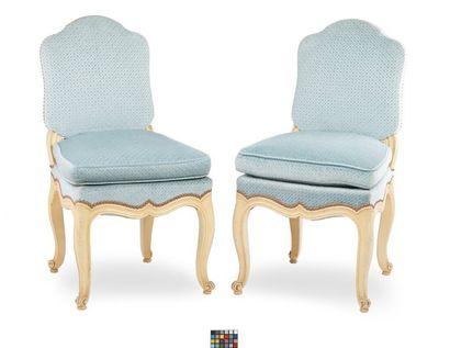 Paire de chaises en bois laqué  blanc mouluré...
