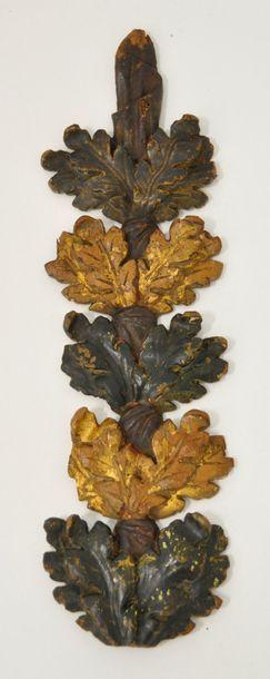 Elément en bois doré et  polychrome sculpté...