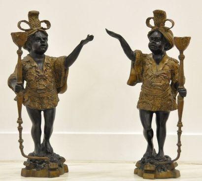 Paire de bougeoirs en bronze sculpté représentant...