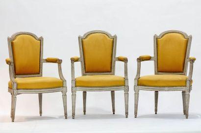 Suite de trois fauteuils à dossier cabriolet...