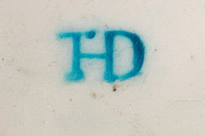 Théodore DECK (1823 - 1891)  Boite à pillules en faïence émaillée blanche à décor...