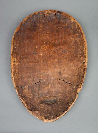 Masque de danse « Ngil », il présente un visage en forme de cœur, le front orné...