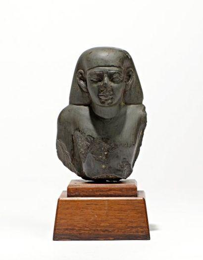 Buste de statue masculine portant la perruque...