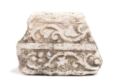 Fragment représentant en bas-relief deux...