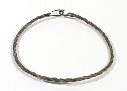 Collier rigide constitué d'un fil torsadé...