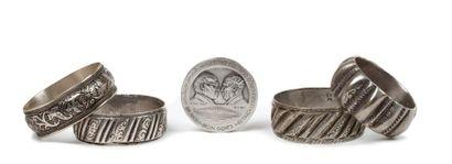 Maroc, première moitié du 20e siècle  Quatre bracelets à décor côtelé et gravé....