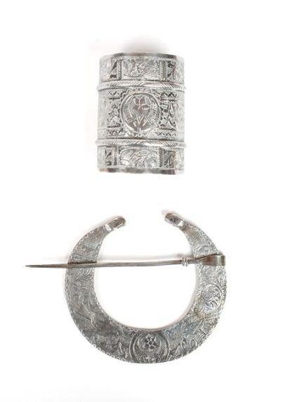 Tunisie, vers 1950  Bracelet et fibule en argent ciselé à décor de poissons et d'oiseaux....