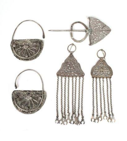 Tunisie, vers 1950  Ensemble de cinq bijoux...