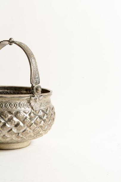 Algérie, vers 1840.  Setla algérienne en argent ciselé repoussé et gravé à décor...
