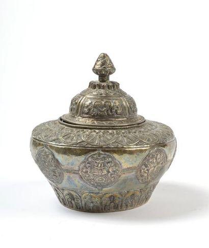 Tibet, vers 1900.  Coffret couvert tibétain...