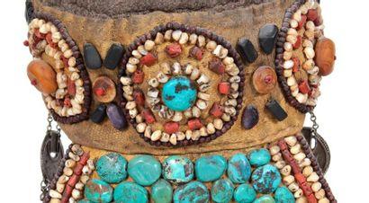Coiffe traditionnelle accompagnée de perles de turquoise, cornaline, malachite et...