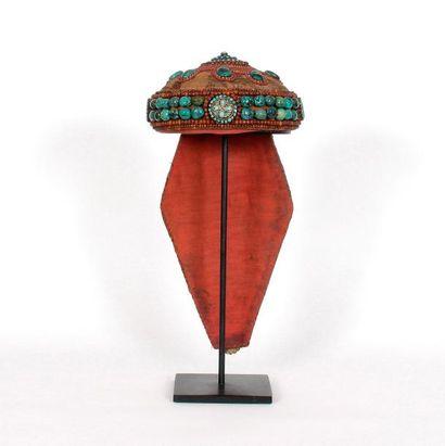 Coiffe agrémentée de plusieurs turquoises, cornalines, corail et pierres diverses....
